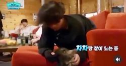 بازی کردن جانگ کوک با سگ♡♡