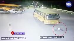 لحظه تصادف اتوبوس با مأمور پلیس رانندگی!