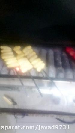 پخت کباب به دست یک شاگرد کباب پز