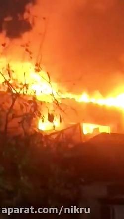 لحظات اولیه آتش سوزی گسترده در انبار لباس به وسعت بیش از 300 متر
