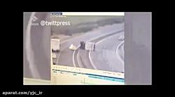 وقوع باد شدید سبب واژگون شدن کامیون روی خودروی پلیس شد