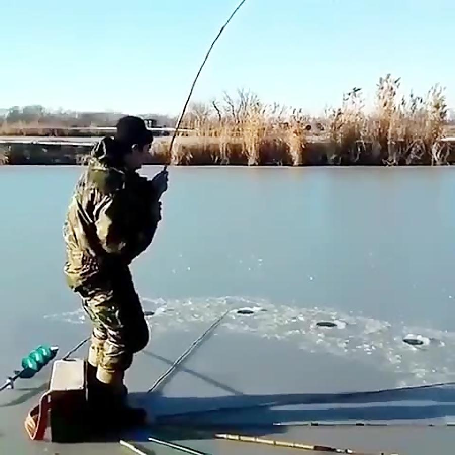 اصلا فکرشو نمیکرد ماهی که میخواد از دل یخ با قلاب گیرش میاد
