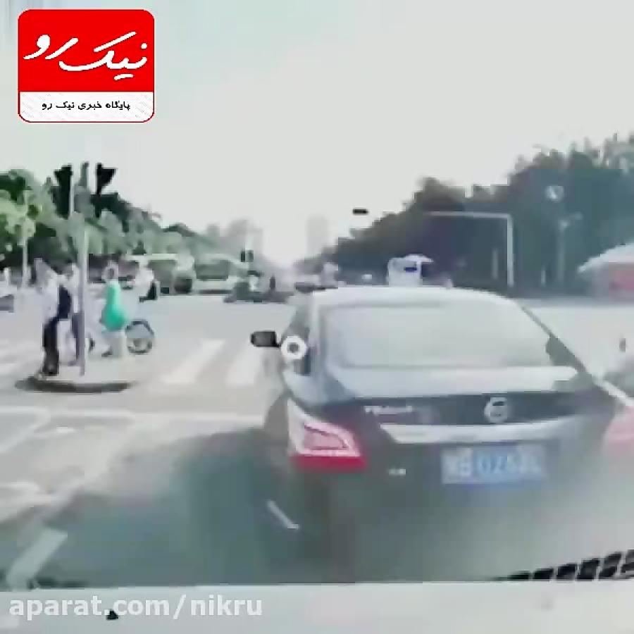 کامیون بار خود را بر روی مردم می ریزد!