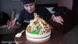 چالش خوردن یک ظرف بزرگ پر از غذای ژاپنی