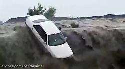 لحظات دلهره آور از سرنوشت یک خودرو گرفتار در سیل در هرمزگان