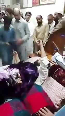 صف دستبوسی و تبرک در پاکستان! هر روز یه نفر جدید اونجا ظهور میکنه؟!