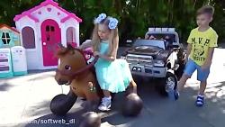 دیانا و روما - دیانا و روما با اسب اسباب بازی بازی میکنند