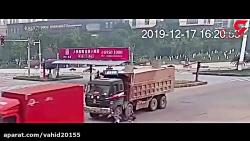 صحنه ای معجزه آسا از زنده ماندن موتور سوار در بین دو کامیون