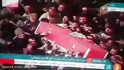 لحظه ورود تابوت سردارسلیمانی روی دستهای مردم به آرامگاه
