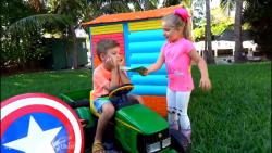 دیانا و روما ، با اسباب بازیهای تمیز کاری، بازی کارواش میکنند