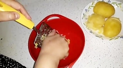 طرز تهیه سیب زمینی تخم مرغ ساده و خوشمزه همراه با خاله سیما