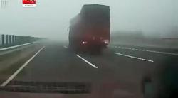 تصادف کامیون در مه شدید