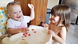 خواهر و برادر کودک که با هم بازی می کنند - فیلم خنده دار کودک