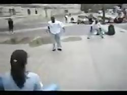 حرکات بسیار زیبای ژیمناستیک این مرد در خیابان