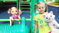 بازی با عروسک در حیاط بازی خارج از خانه | دیانا و روما (قسمت 175)