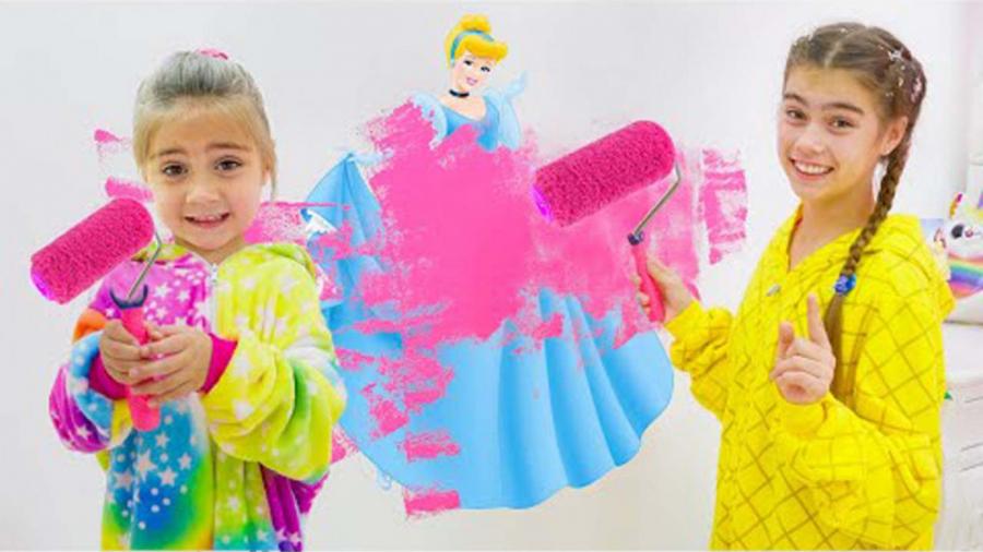 تصویر از نستیا و میا در حال رنگ آمیزی دیوار به رنگ صورتی هستند/استیسی و میا