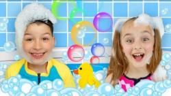 ساشا و مکس : آوازخوانی و بازی با اسباب بازیهای بادی در استخر