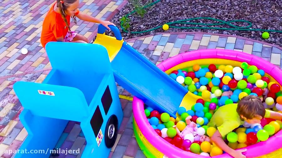 تصویر از فیلیپ و ساشا با ماشین های استخر بادی و بالن های آبی بازی می کنند