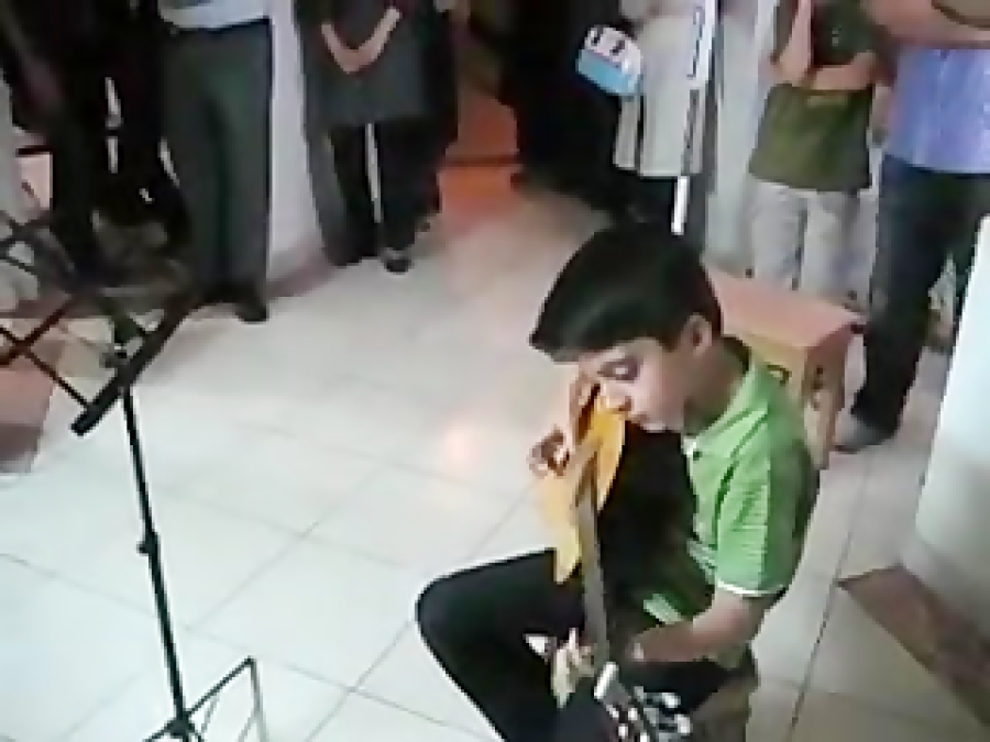 امیرحسین علیبخشی هنرجوی گیتار مجید نادری