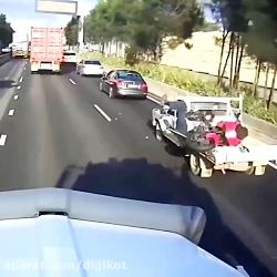 تصادف عجیب و خنده دار موتوری با وانت