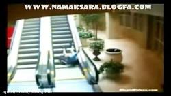 اوخ اوخ ملق زدن پیرمرد در پله برقی