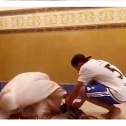 مامانت نماز میخونه و میخوای ازش پول بگیری خخخخخخ