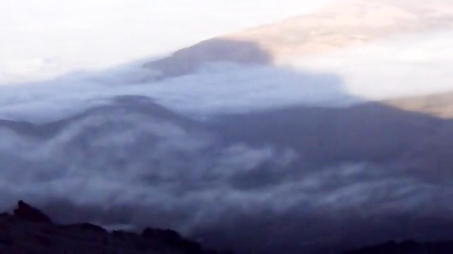 سایه قله دماوند بر دشت لار