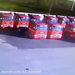 وقتی کامیونها توسط زمین بلعیده میشوند