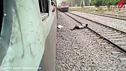 مردی سرش را روی ریل قطار گذاشت تا بمیرد + فیلم 18+
