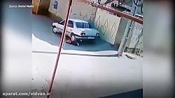 ببینید: کودکی که بخاطر بی توجهی راننده زیر ماشین/موتر می شود