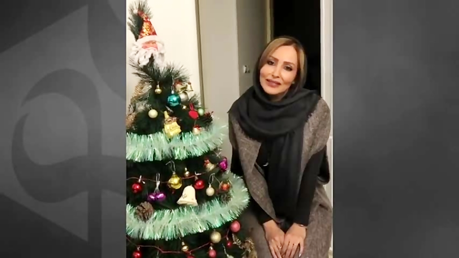 پرستو صالحی در کنار درخت کریسمس پاسخ رشیدپور را میدهد