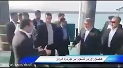 تلاش بخش دار جزیره هرمز برای بوسیدن دست وزیر کشور