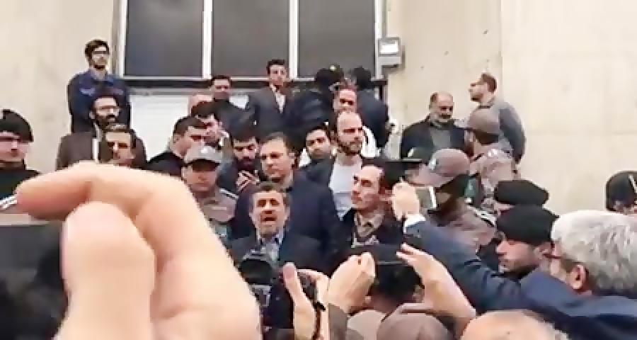 فیلم کامل سخنان دکتر احمدی نژاد روی پله های دادگاه