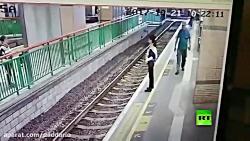 هل دادن زن مامور ایستگاه توسط پیرمرد مردم آزار
