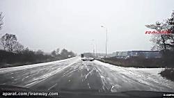 لیز خوردن کامیون ها و خودروهای سواری در برف و یخبندان