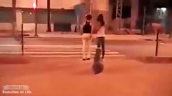 سگی که در هنگام عبور از خیابان چراغ قرمز را رعایت می کند و عابر نه