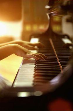امشب دیوانگیم بالا زده.. نه سکوت نه موسیقی.. نه هیچ چیز و هیچ چیز دیگر... این دیوانگی را تسکین نمیدهد..
