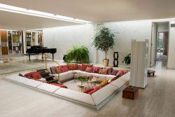 Conversation pit  یکی از ایده های جالب دنیای معماری است،که از یک نشیمن پایین تر از سطح همکف اتاق تشکیل شده و الهام گرفته از معماری رونسانس می باشد.