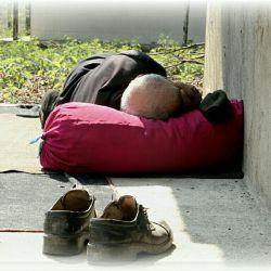 پیرمرد هر روز صبح در امامزاده را باز می کرد،آنجا را آب و جارو میکرد،و لبخند را پیشکش مهمانان امامزاده...