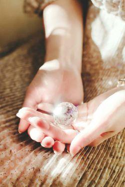منتظر هیچ دستی در هیچ جای دنیا نبودم … همیشه اشک هایم را ………        با دستان خود پاک کردم __ چون می دانم همه رهگذرن_