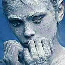 آنقــدر مرا سرد کرد ؛ از خودش .. از عشق .. کــه حالا بــه جای دلبستن ، یخ بسته ام! آهای !!! روی احساسم پا نگذاریــد .. لیز می خوریــد .!