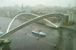 پلی که قابلیت کج شدن دارد  پل ارتباط دهنده دو سمت رودخانه تیمز در شهر لندن که با نام پل گیتزهد شناخته می شود،دو منطقه گیتزهد در ساحل جنوبی و کوئی ساید در ساحل شمالی را به هم متصل کرده و نکته جالب در خصوص آن اینست که در هنگام عبور قایق و کشتی این پل به شکل مورب بالا می رود و به همین دلیل نام تنها پل کج جهان را به آن داده اند.