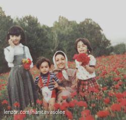 سال ۵۹ عباس آباد همدان من در یک سالگی بغل مادرم