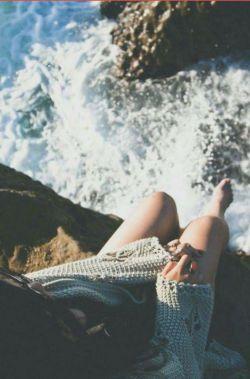 همه احساس میکنند هر انکس که زیباست مهربان هم است،   دریا زیباست اما...   چه سیلی ها به صخره های ساحل میزند!