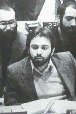 عکسی از اقای ظریف درحال بستن قطعنامه ۵۹۸در سال ۱۳۶۸