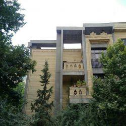 این خانه در دهه 60 شمسی توسط یک مهندس معمار بزرگ ایرانی جناب اقای غلامرضا فرزان مهر طراحی و اجرا شده است. این خانه در تجریش واقع است. ترکیب زیبای بتن اکسپوز(نمایان) و آجر بسیار دلچسب می باشد.