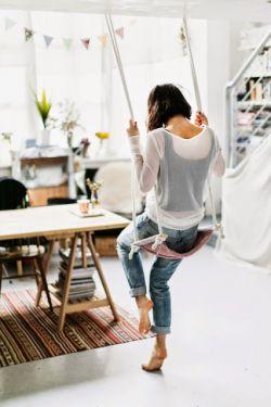 هر فردی بهترین هم که باشد، اگر زمانی که باید باشد نباشد... همان بهتر که نباشد!  - لوئیس بونوئل