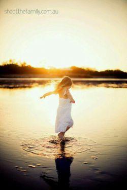 زندگی،  راز بزرگی است که در ما جاریست .. زندگی فاصله آمدن و رفتن ماست .. رود دنیا جاریست .. زندگی، آبتنی کردن در این رود است .. وقت رفتن به همان عریانی؛ که به هنگام ورود آمده ایم .. دست ما در کف این رود به دنبال چه می گردد؟ .. !!!هیچ ... شاید این حسرت بیهوده که بر دل داری .. شعله گرمی امید تو را، خواهد کشت .. شاید این خنده که امروز، دریغش کردی .. آخرین فرصت همراهی با، امید است .. فرصت بازی این پنجره را دریابیم.. (کامنت لطفاً)
