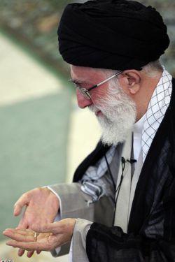 ماه کامل  در مصلای امام خمینی رویت شد... از همه بزرگواران که در این نماز فطر پر صلابت شرکت می کنند التماس دعا دارم.ضمنا عیدتون مبارک وطاعات تون قبول درگاه حق