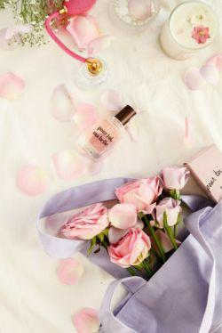 تنها حس دارم به گل ها و دل دادم به عطر خوششان.......... پیشم که می آیی گل باران بیا که من عطر دوست داشتن را در عطر گل ها می دانم........